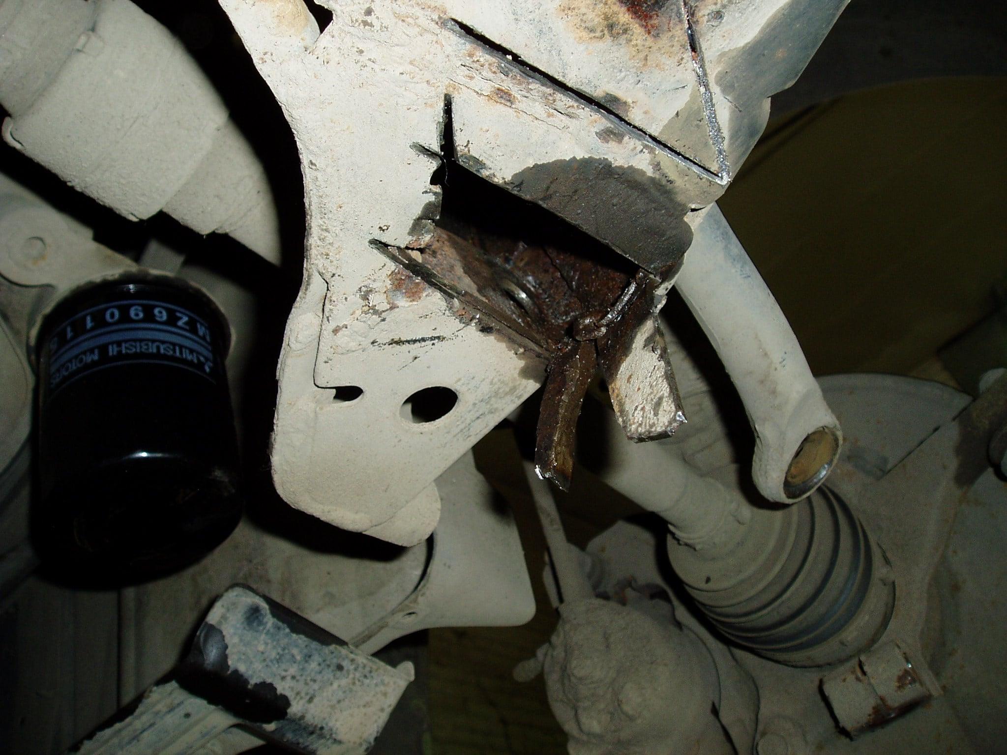 Провернуло закладную гайку крепления нижнего рычага, в переднем подрамнике  Lancer 9