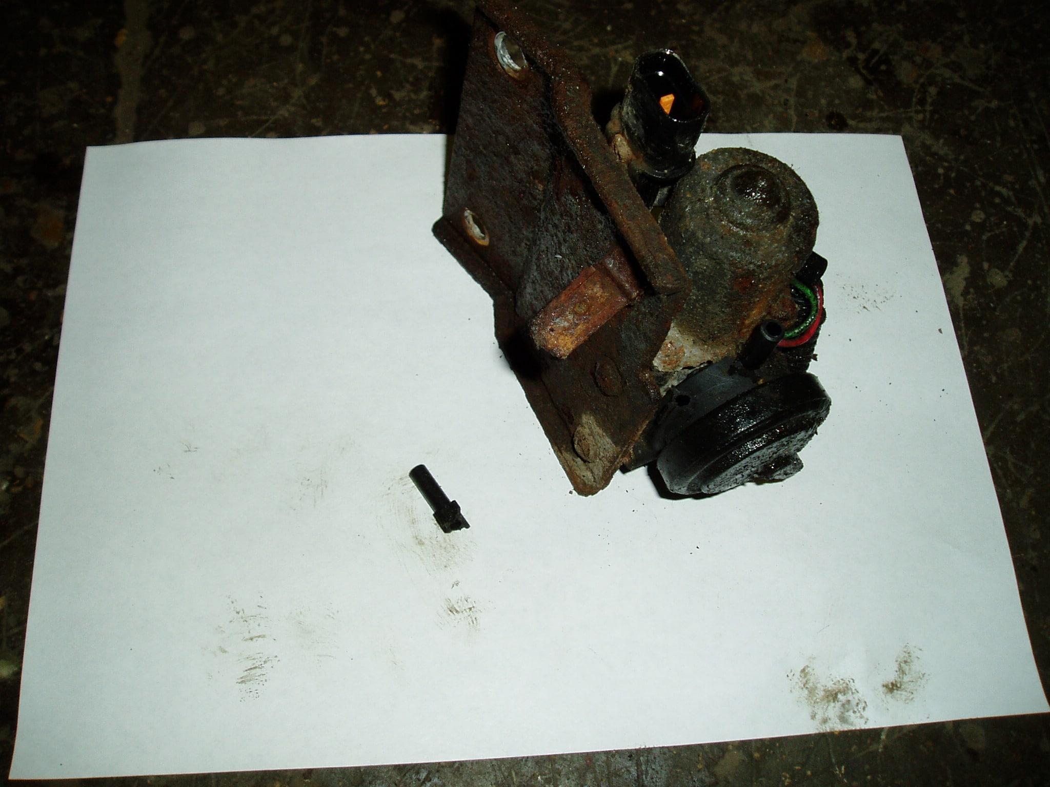 Насос включения блокировки заднего редуктора Pajero 4. Обломало штуцер